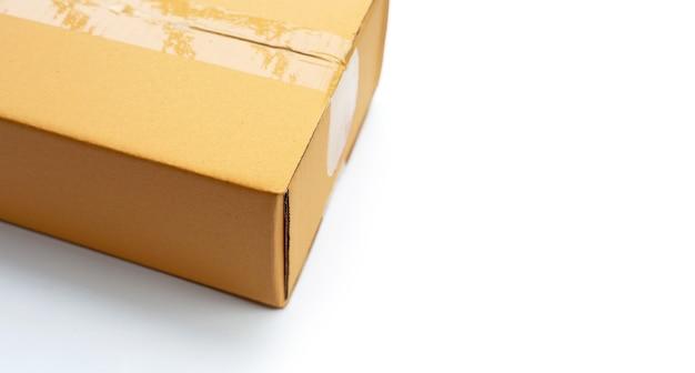 Kartonnen doos op witte achtergrond.