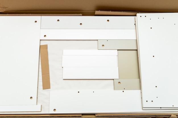 Kartonnen doos, verpakking met nieuw meubilair en toebehoren voor thuismontage