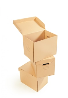 Kartonnen dozen geïsoleerd over wit