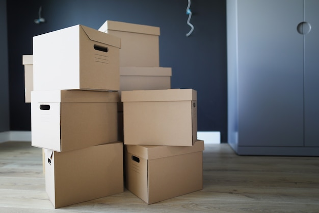 Kartonnen dozen in de binnenruimte op elkaar