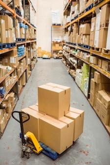 Kartonnen dozen in magazijn