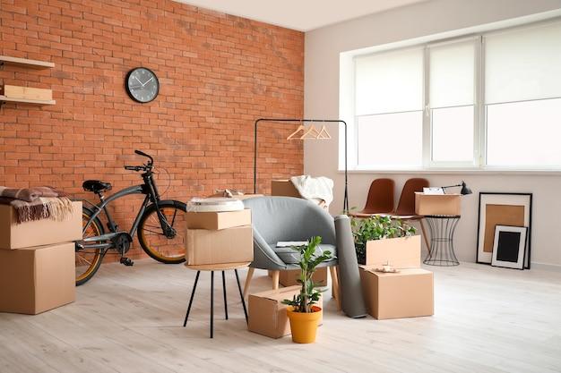 Kartonnen dozen met spullen in nieuwe flat op verhuisdag