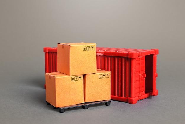 Kartonnen dozen op pallets en een rode zeevracht container transport industrie infrastructuur