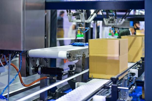 Kartonnen dozen op transportband. pakketten transportsysteem concept