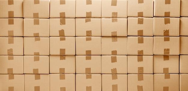 Kartonnen dozen textuur voor levering of verhuizing. stapel dozen en blauwe achtergrond