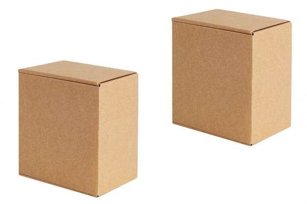 Kartonnen dozen van verschillende afmetingen staan diagonaal op een rij. geïsoleerd op wit.