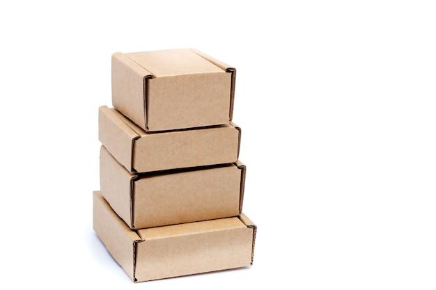 Kartonnen dozen van verschillende grootte geïsoleerd op wit
