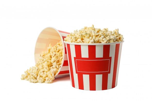 Kartonnen emmers met popcorn geïsoleerd op een witte ruimte