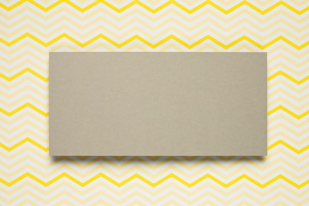 Kartonnen envelop met patroonachtergrond