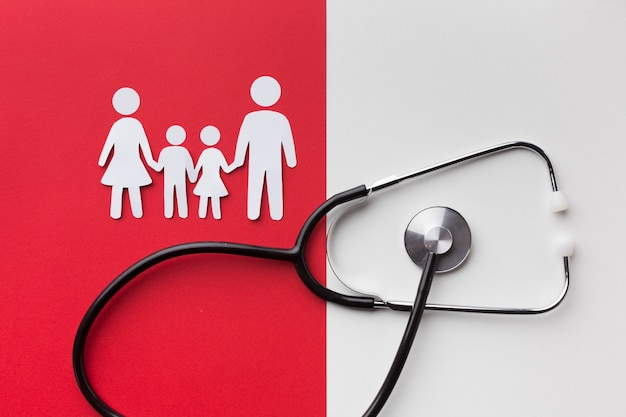 Kartonnen familie vormen en stethoscoop