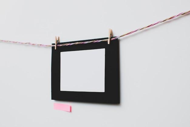 Kartonnen fotolijst en notitie op witte achtergrond