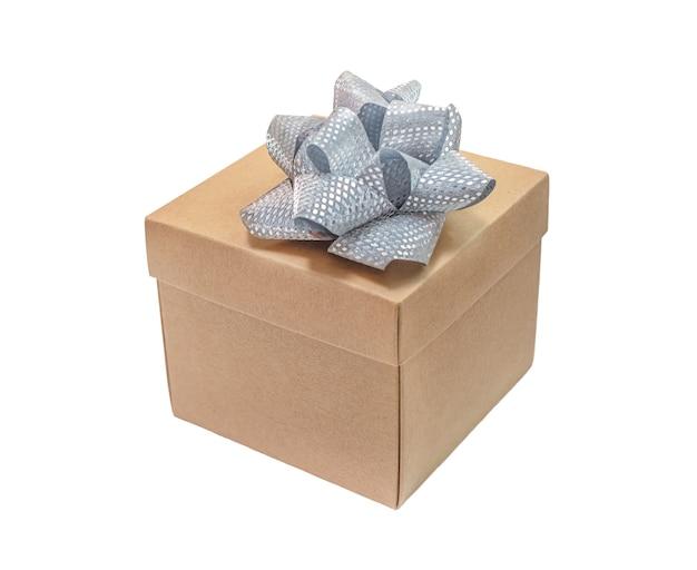 Kartonnen geschenkdoos met zilveren strik geïsoleerd op een witte achtergrond