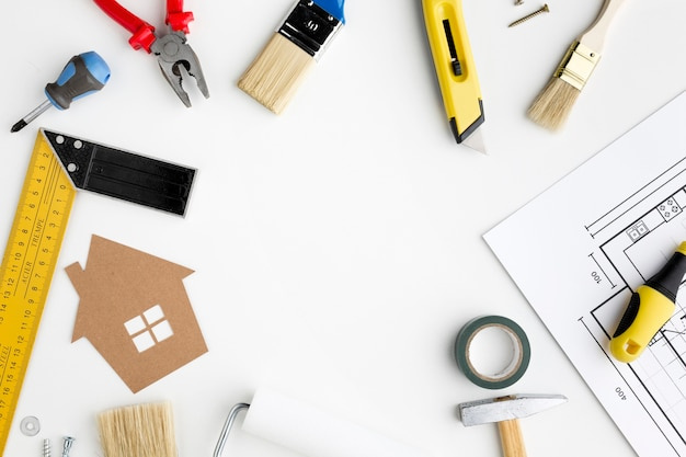 Kartonnen huis met hulpmiddelen bovenaanzicht