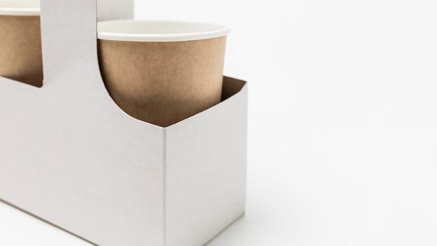 Kartonnen kopjes koffie met kopie ruimte