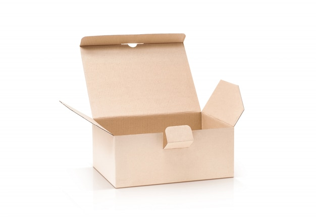 Kartonnen kraft doos open en geïsoleerd