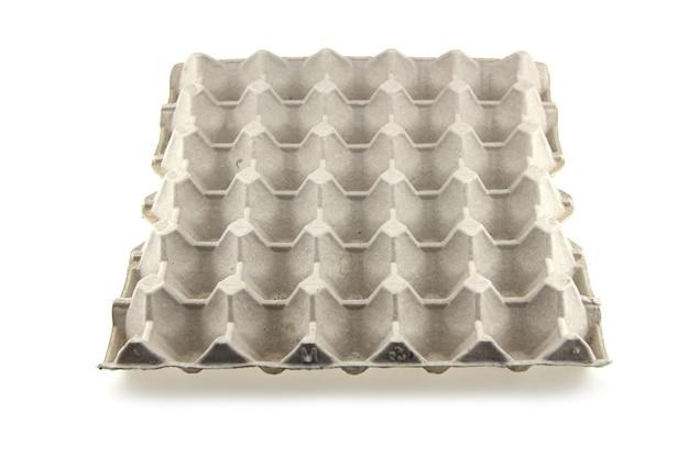 Kartonnen lege lade met eieren geïsoleerd op een witte achtergrond.
