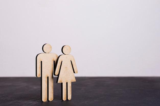 Kartonnen man en vrouw gelijkheid concept lange weergave