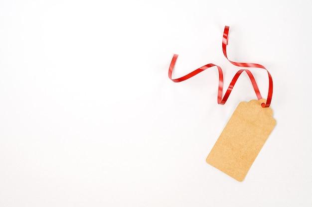 Kartonnen tag voor geschenkdoos met kopie ruimte. bovenaanzicht.