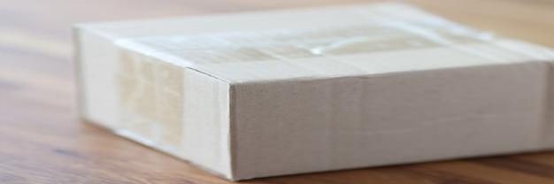 Kartonnen verpakkingsdoos staat op tafel. levering van goederen en pakketten over de hele wereld concept