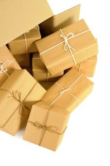 Kartonnen verzenddoos met verschillende bruine papieren postpakketten binnen