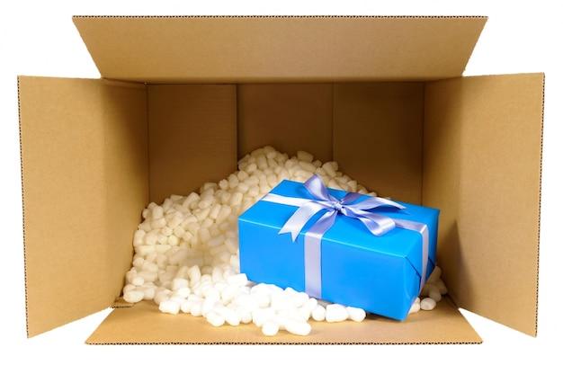 Kartonnen verzending doos met blauwe gift
