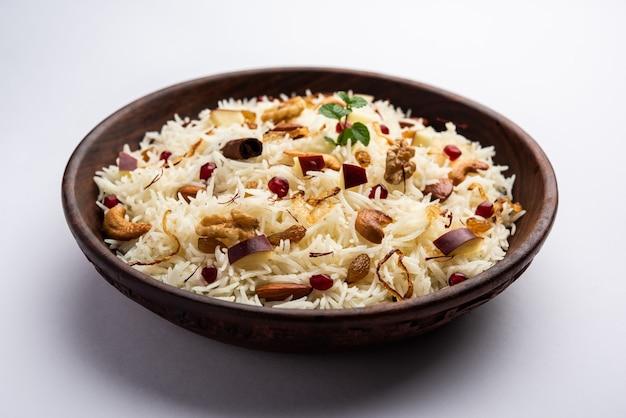 Kashmiri pulao gemaakt van basmatirijst gekookt met kruiden en op smaak gebracht met saffraan en gedroogd fruit