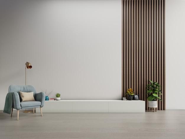 Kast tv in moderne woonkamer met fauteuil op witte donkere muur achtergrond.