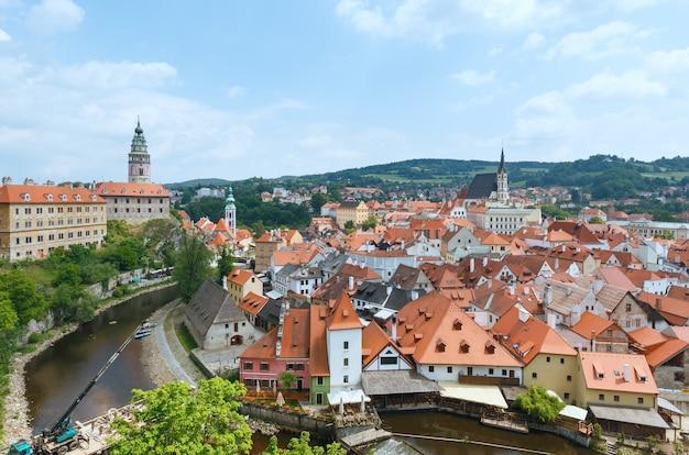 Kasteel cesky krumlov (links) en uitzicht op de lente (tsjechië). het dateert uit 1240.