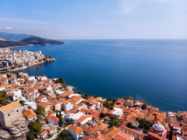 Kasteel en stad kavala aan zee in griekenland