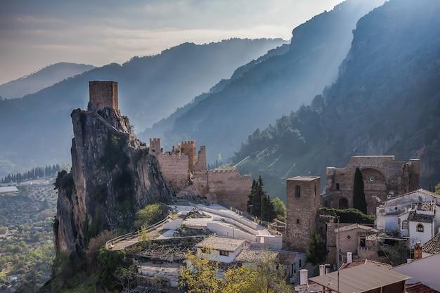 Kasteel la iruela gelegen in de sierra van andalusië, spanje.