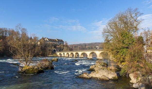 Kasteel laufen en spoorwegviaduc bij rijnwatervallen