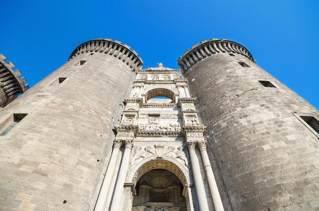 Kasteel nouvo in napels. is een middeleeuws kasteel in de stad napels
