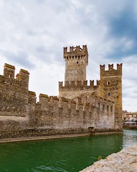 Kasteel scaliger is een historisch monument van de stad sirmione in italië aan het gardameer