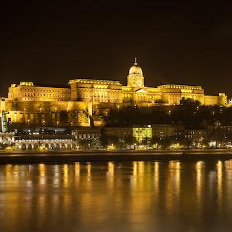 Kasteel van boedapest 's nachts aan de rivier de donau