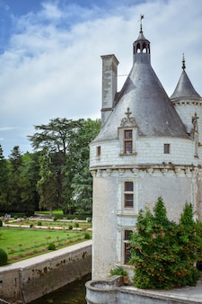 Kasteel van de franse loire-vallei over de rivier de cher toren detail in een zomerse dag