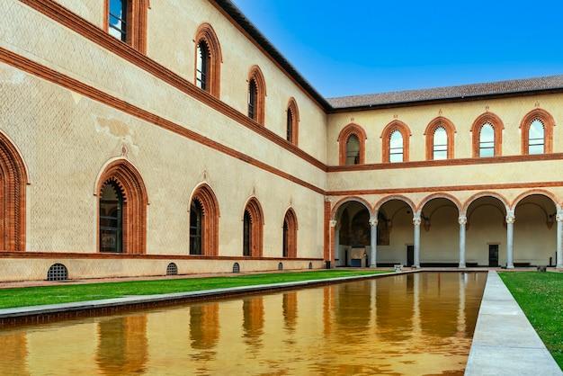 Kasteel van de hertogen van sforza in de stad milaan, lombardije, italië.