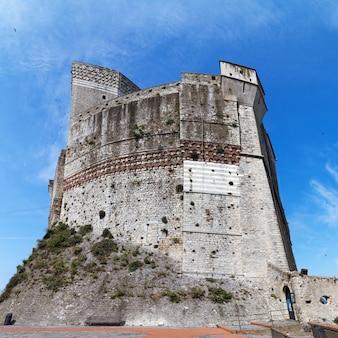 Kasteel van lerici op blauwe hemelachtergrond, stad lerici, ligurië, italië, europa, traditioneel italiaans kasteel.