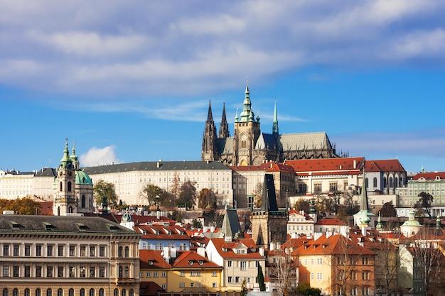 Kasteel van praag en saint vitus kathedraal op zonnige dag, tsjechië