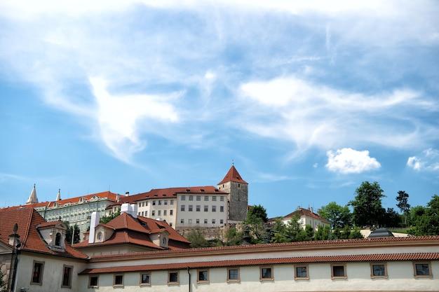 Kasteelversterking op heuvel in praag, tsjechische republiek, op bewolkte blauwe hemelachtergrond. vakantie, reizen, avontuur, reislustconcept