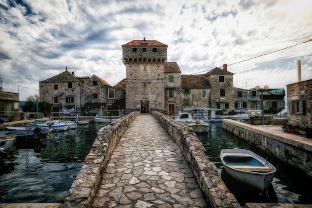 Kastel gomilica nederzetting kastela in kroatië.
