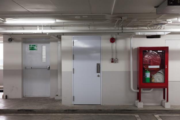 Kasten en uitgangsdeur in gebouw
