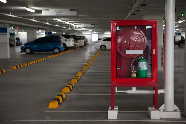 Kasten voor brandblussers in parking