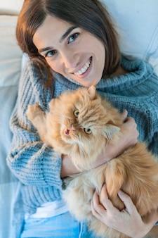 Kat die omhoog met vrouw kijkt