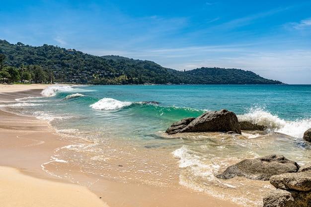 Kata noi beach is een kleine serene omgeving aan de zuidkant van phuket.