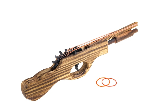 Katapult gun speelgoed houten schieten rubber op witte achtergrond.