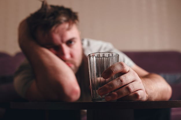 Kater depressieve man na hard drinken.