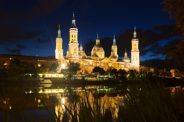 Kathedraal en ebro in de nacht. zaragoza
