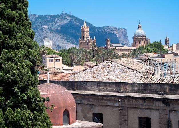 Kathedraal en kluizenaarskoepel in palermo