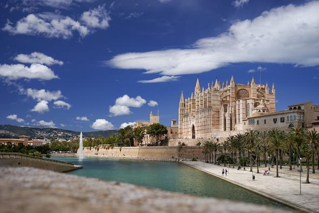 Kathedraal en la almudaina palace in palma de mallorca, spanje.