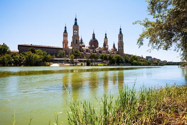 Kathedraal en rivier in zaragoza. aragon
